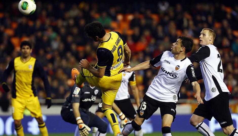 Temporada 13/14 Copa del Rey. Valencia - Atlético de Madrid. Remate de cabeza de Raúl García.