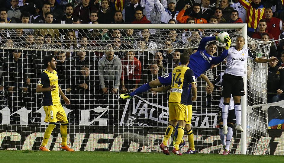 Temporada 13/14 Copa del Rey. Valencia - Atlético de Madrid. Estirada de Courtois para blocar un balón.