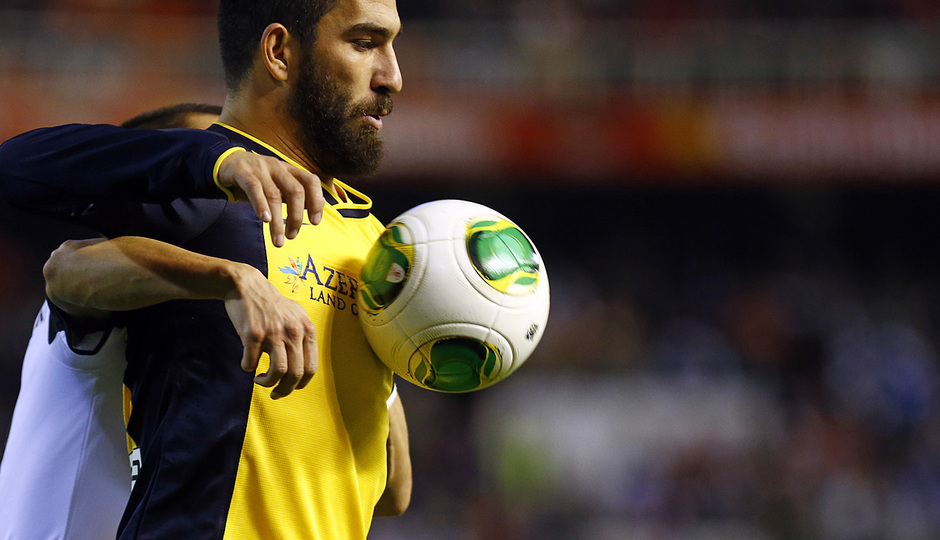 Temporada 13/14 Copa del Rey. Valencia - Atlético de Madrid. Arda Turan protege el balón con el cuerpo.