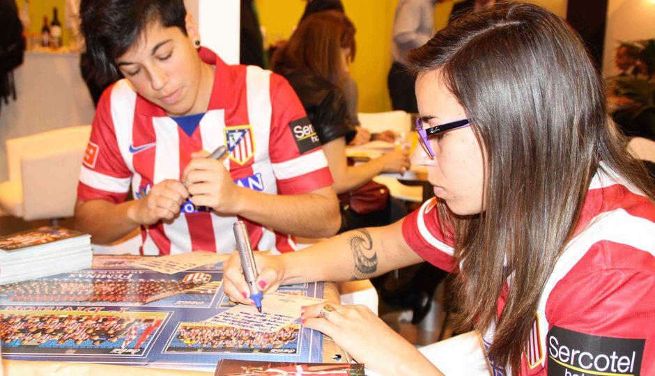 Temporada 2013-2014. Marta Carro y Pisco firmando autógrafos