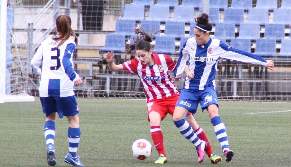 Temporada 2013-2014. Esther intenta un regate ante Debora del Espanyol