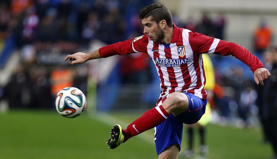 temporada 13/14. Partido Atlético_Real Madrid. Copa del Rey. Insúa controlando un balón