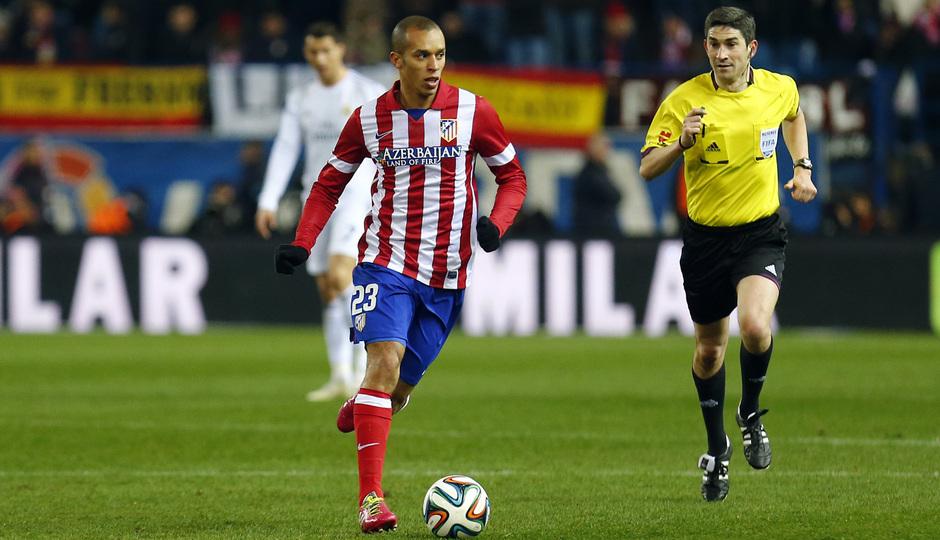 temporada 13/14. Partido Atlético_Real Madrid. Copa del Rey. Miranda con el balón