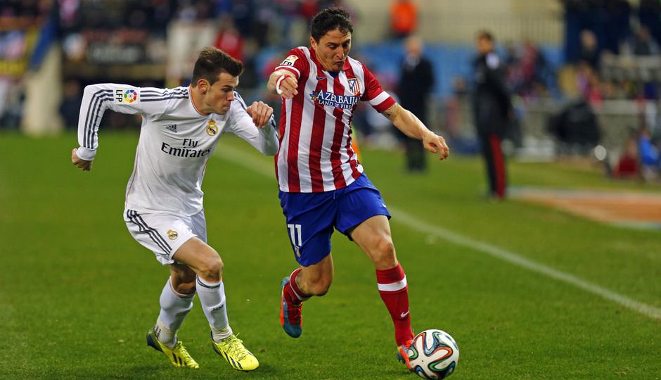 temporada 13/14. Partido Atlético_Real Madrid. Copa del Rey. Cristian Rodríguez con el balón
