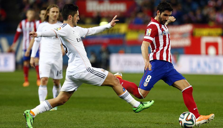 temporada 13/14. Partido Atlético_Real Madrid. Copa del Rey. Raúl con el balón