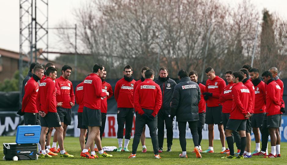 temporada 13/14. Entrenamiento en la Ciudad deportiva de Majadahonda. Simeone dando órdenes durante el entrenamiento