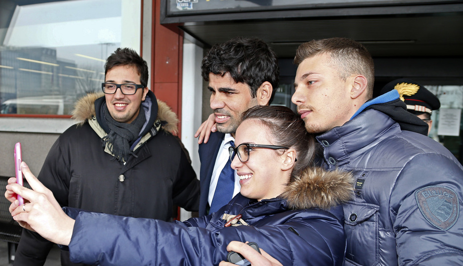 temporada 13/14. Llegada a Milan. Diego Costa posando con dos aficionados