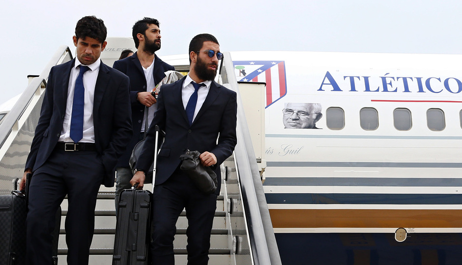 temporada 13/14. Llegada a Milan. Arda y Diego bajando del avión