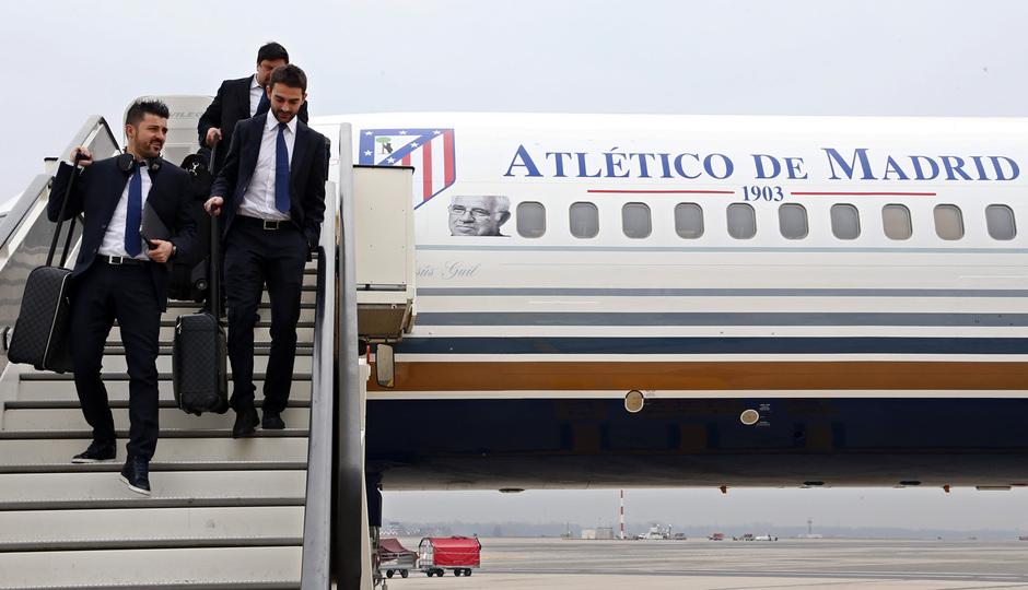 temporada 13/14. Llegada a Milan. Villa y Adrián bajando del avión