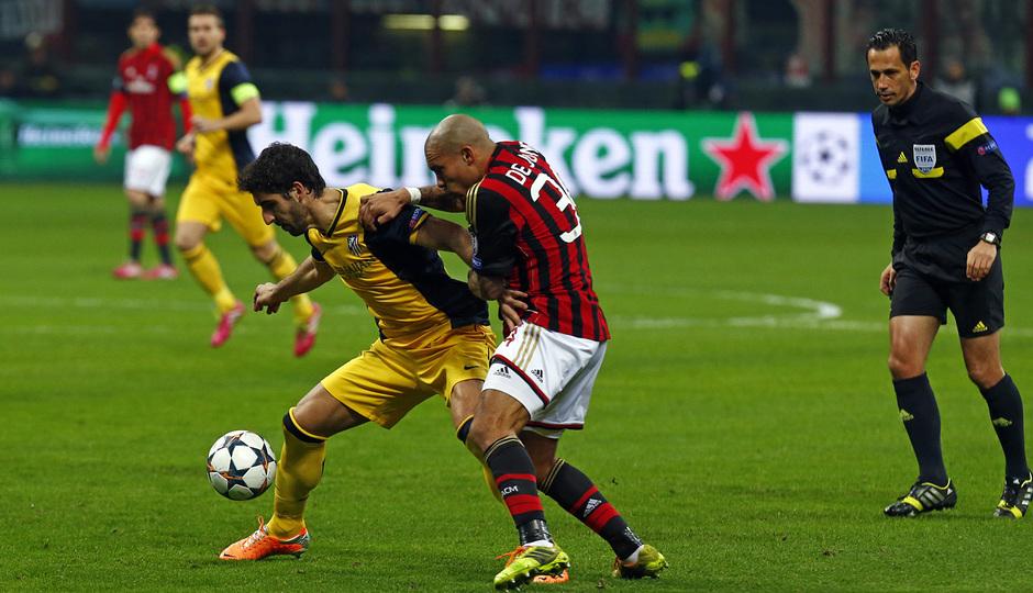 TEMPORADA 2013/14. Champions League. Milan-Atlético. Raúl García lucha contra De Jong