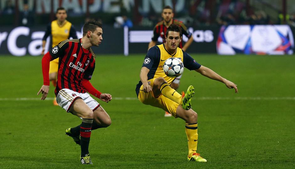 TEMPORADA 2013/14. Champions League. Milan-Atlético. Koke disputa el balón