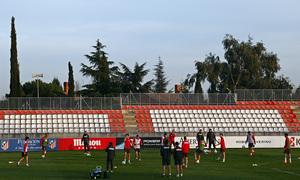Temporada 13/14. Entrenamiento en la Ciudad Deportiva de Majadahonda. Los jugadores, atentos a Simeone.
