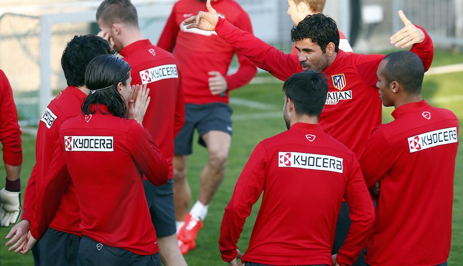 Temporada 13/14. Entrenamiento en la Ciudad Deportiva de Majadahonda. Diego Costa bromea con sus compañeros.