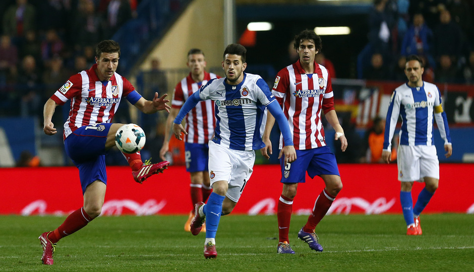 temporada 13/14. Partido Atlético de Madrid-Espanyol. Gabi cortando un balón