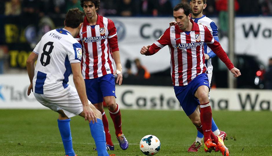 temporada 13/14. Partido Atlético de Madrid-Espanyol. Godín con el balón