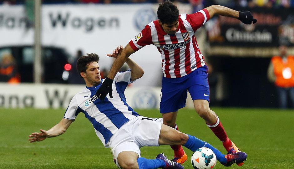 temporada 13/14. Partido Atlético de Madrid-Espanyol. Diego Costa marchándose de un rival
