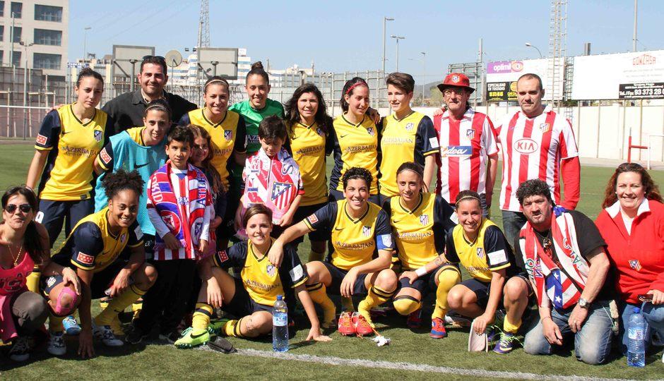 Temporada 2013-2014. Las jugadoras Atlético de Madrid Féminas se fotografían con los aficionados