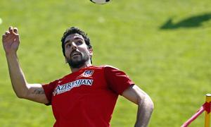 Temporada 13/14. Entrenamiento en la Ciudad Deportiva de Majadahonda. Raúl García cabecea el esférico.