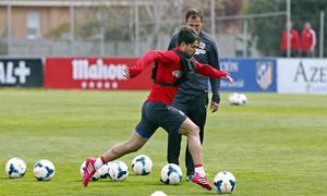 Temporada 13/14. Entrenamiento en la Ciudad Deportiva de Majadahonda. Diego conduce el balón.