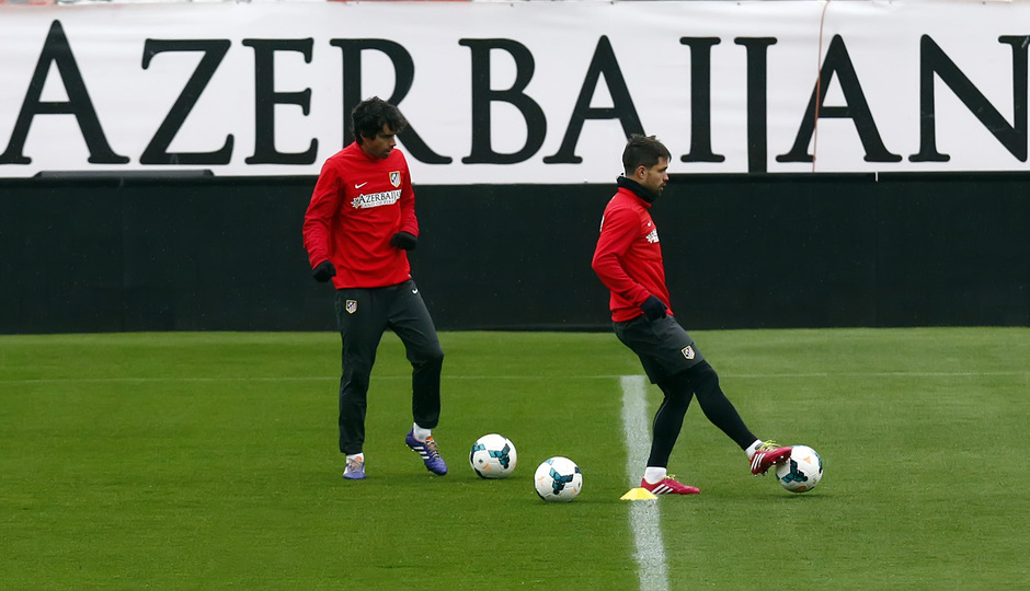 temporada 13/14. Entrenamiento. Diego con el balón entrenando en el Estadio Vicente Calderón