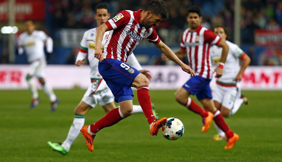 temporada 13/14. Partido Atlético de Madrid-Sevilla. Villa con el balón