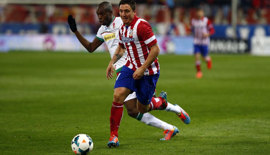 temporada 13/14. Partido Atlético de Madrid-Sevilla. Cristian Rodríguez con el balón