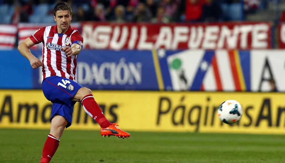 temporada 13/14. Partido Atlético de Madrid-Sevilla. Gabi lanzando a puerta