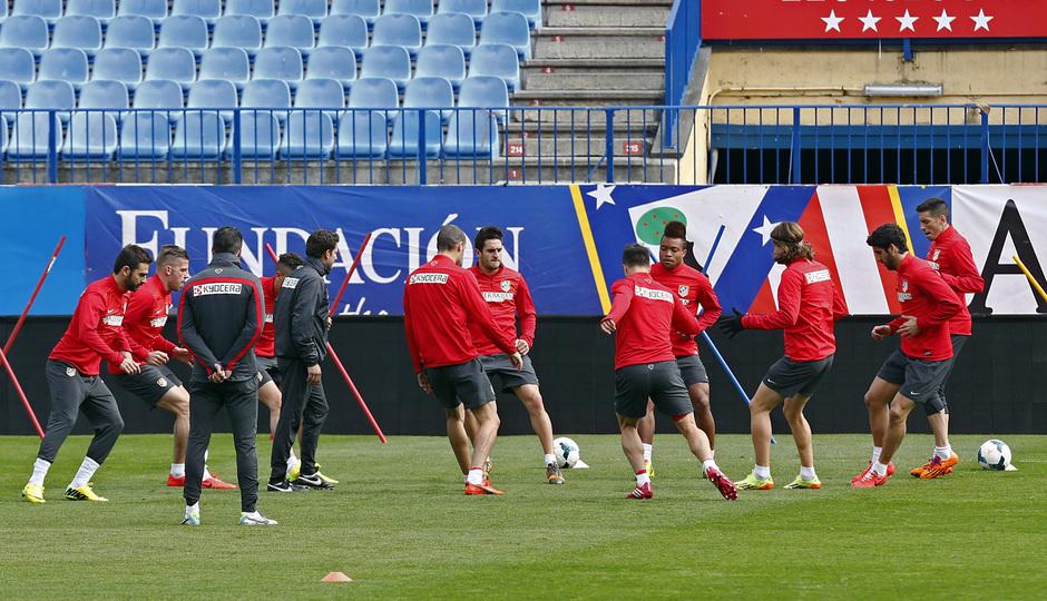 temporada 13/14. Entrenamiento en el estadio Vicente Calderón. Equipo calentando