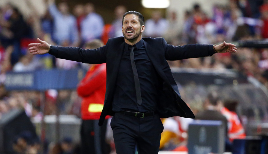 temporada 13/14. Partido Atlético de Madrid- Barcelona de Champions. jugadores saludando a la grada