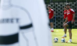 temporada 13/14. Entrenamiento en la Ciudad deportiva de Majadahonda. Diego controlando un balón durante el entrenamiento