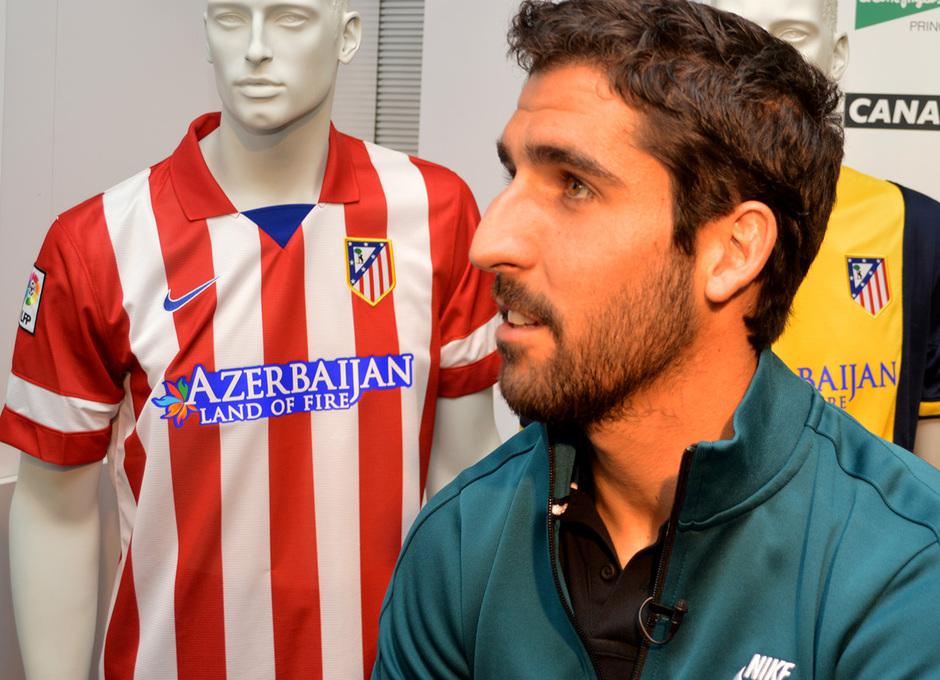 Raúl García, en la firma de autógrafos organizada por Canal Plus en El Corte Inglés. Foto: Arturo Saiz