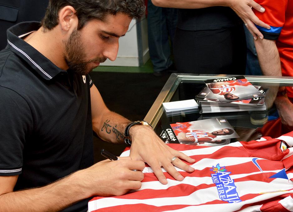 Raúl García, en la firma de autógrafos organizada por Canal Plus en El Corte Inglés.