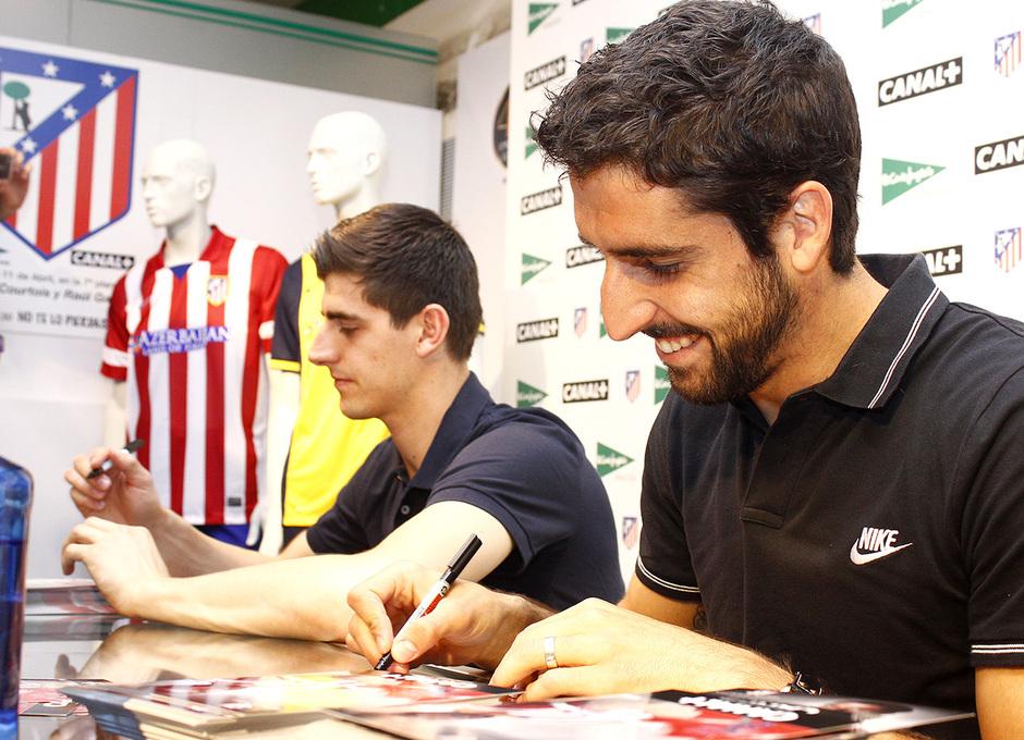 Thibaut Courtois y Raúl García, en la firma de autógrafos organizada por Canal Plus en El Corte Inglés.