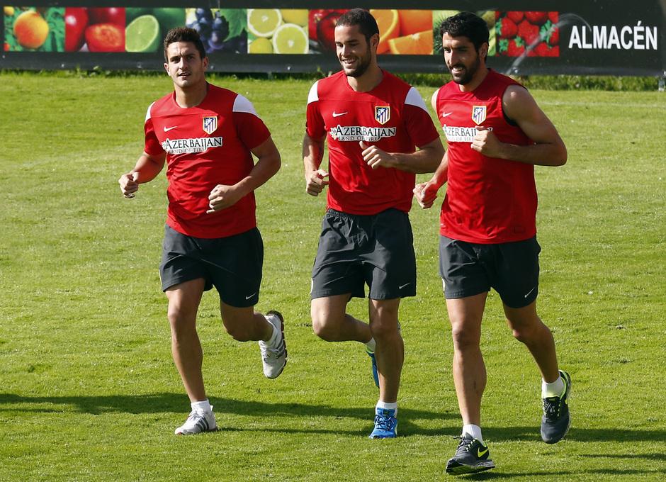 temporada 13/14. Entrenamiento en la Ciudad deportiva de Majadahonda. Koke Mario y Raúl corriendo