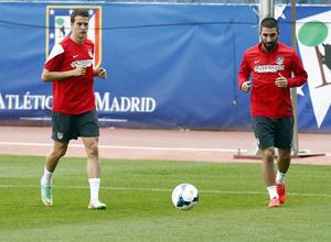 temporada 13/14. Entrenamiento en el estadio Vicente Calderón. Arda y Manquillo corriendo con balón