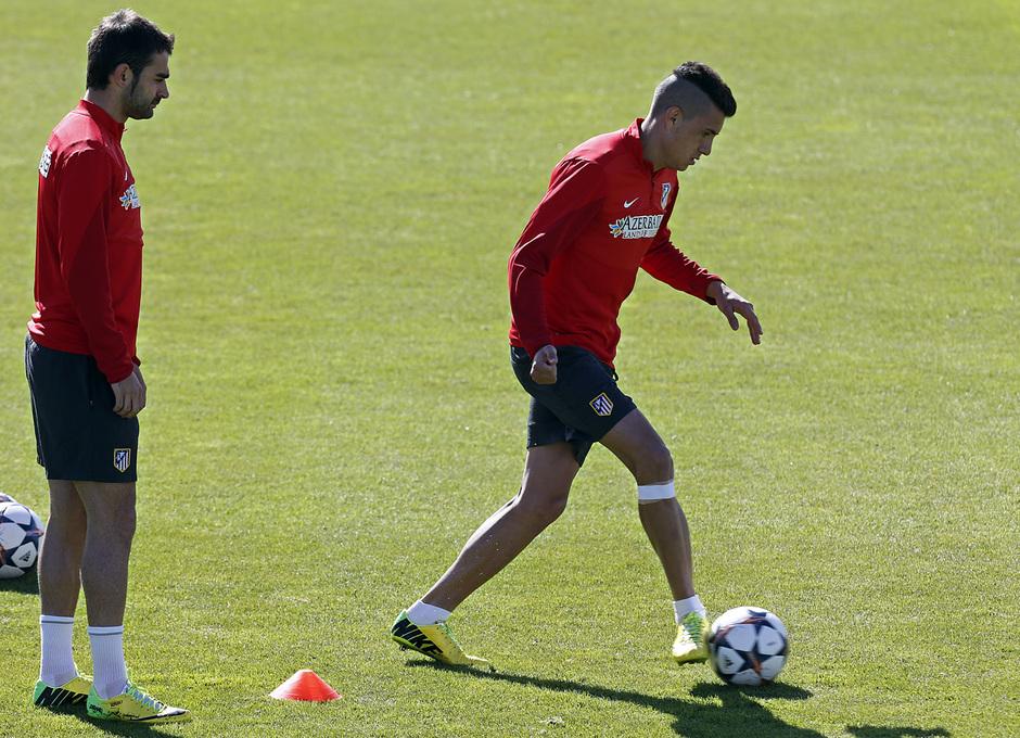 temporada 13/14. Entrenamiento en la Ciudad deportiva de Majadahonda. Giménez y Adrián durante el entrenamiento