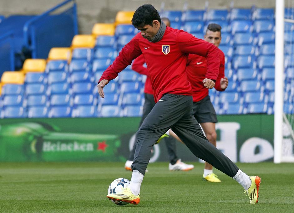 Temporada 13/14. Champions League. Diego Costa conduce el balón.