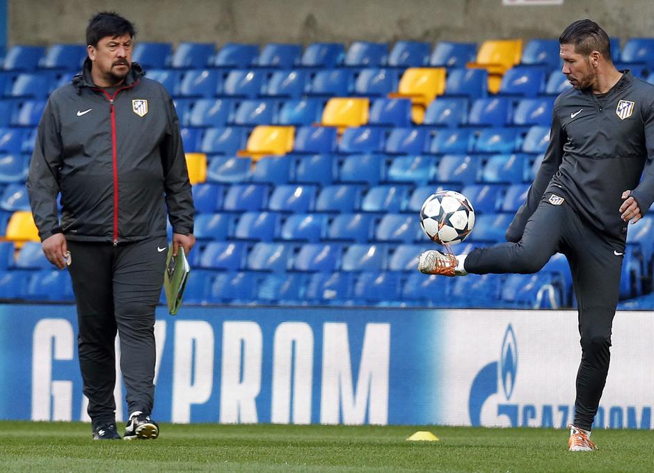 Temporada 13/14. Champions League. Simeone y Germán dialogan sobre el césped.