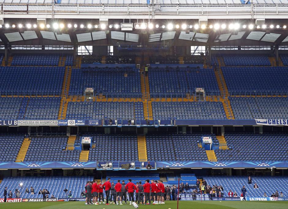 Temporada 13/14. Champions League. El equipo, reunido en el centro del campo.