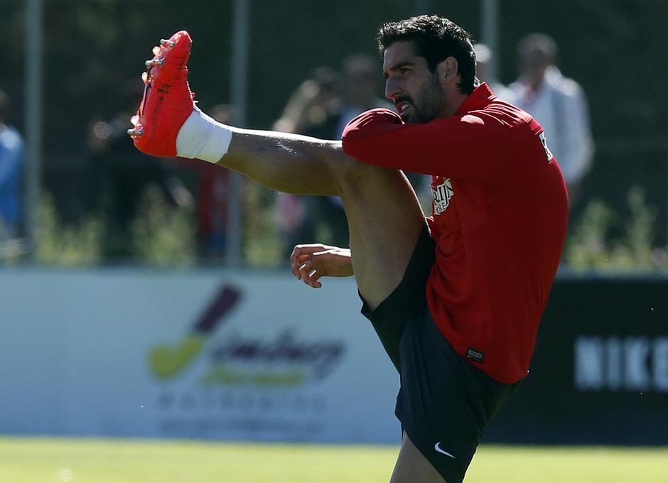 temporada 13/14. Entrenamiento en la Ciudad deportiva de Majadahonda. Raúl García realizando ejercicios