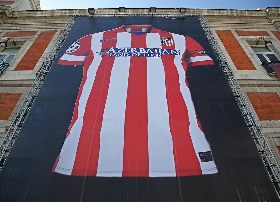 Imagen de la camiseta gigante instalada en la fachada de la Comunidad de Madrid, en la Puerta del Sol