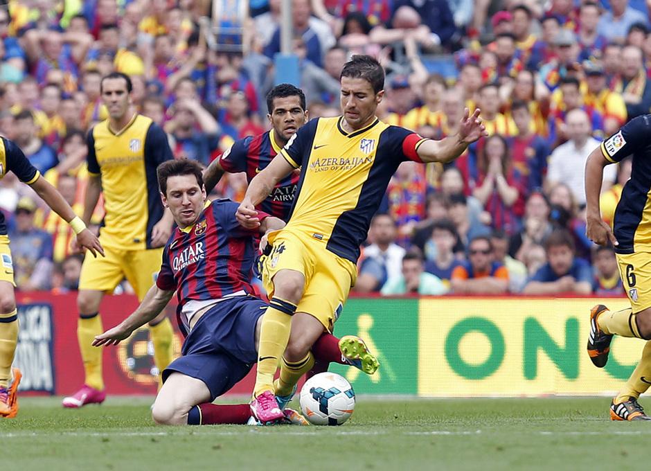 Temporada 2013-2014. Gabi recibe la entrada de Messi. Foto: A. G.
