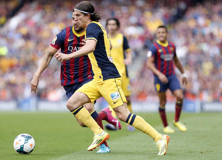 Temporada 2013-2014. Filipe Luis intenta superar a Cesc. Foto: A. G.