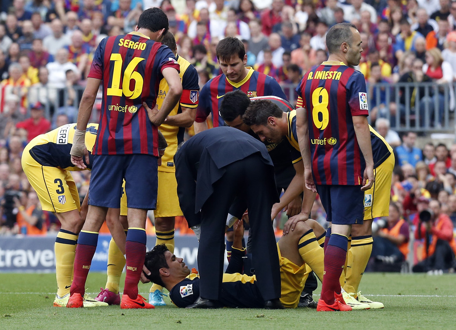 Temporada 2013-2014. Diego Costa es atendido en el césped. Foto: A. G.