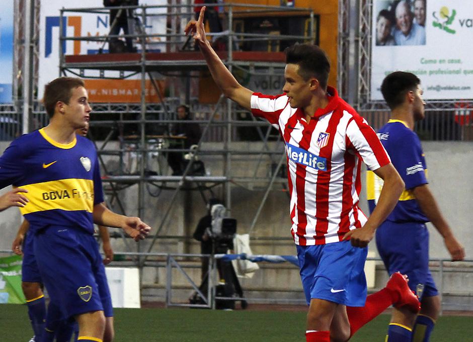 Juan Moreno celebra el tanto que, de penalti, adelantaba a los rojiblancos ante Boca Juniors