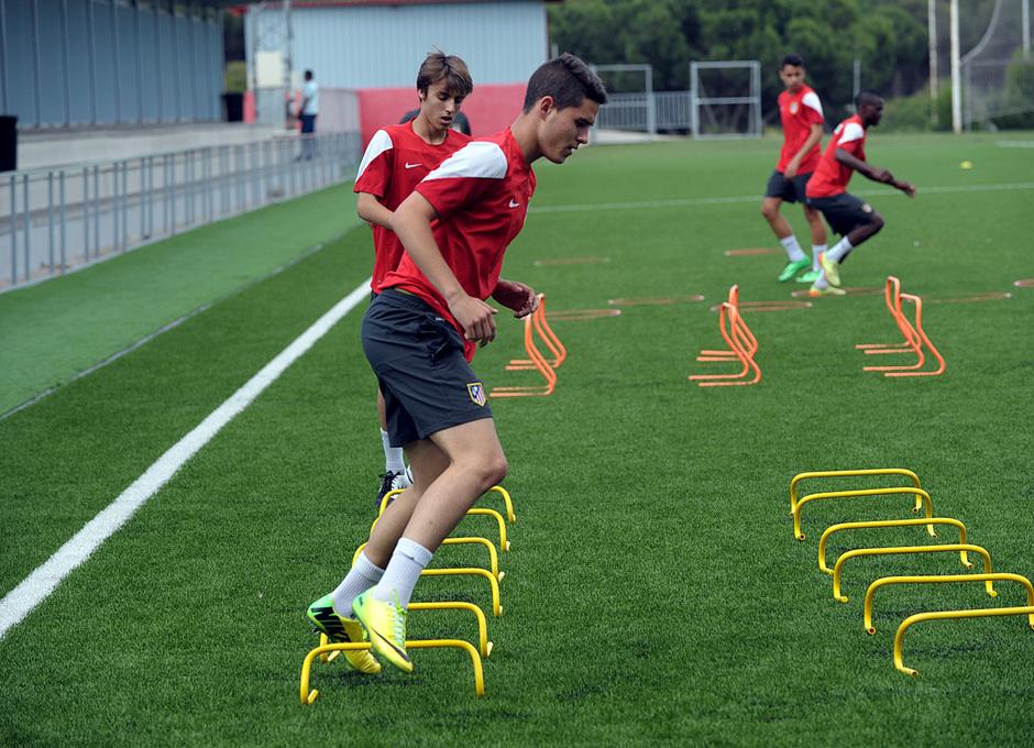 Ejercicio físico durante el entrenamiento de los jugadores del Atlético Madrileño Cadete antes de viajar a la Nike Cup