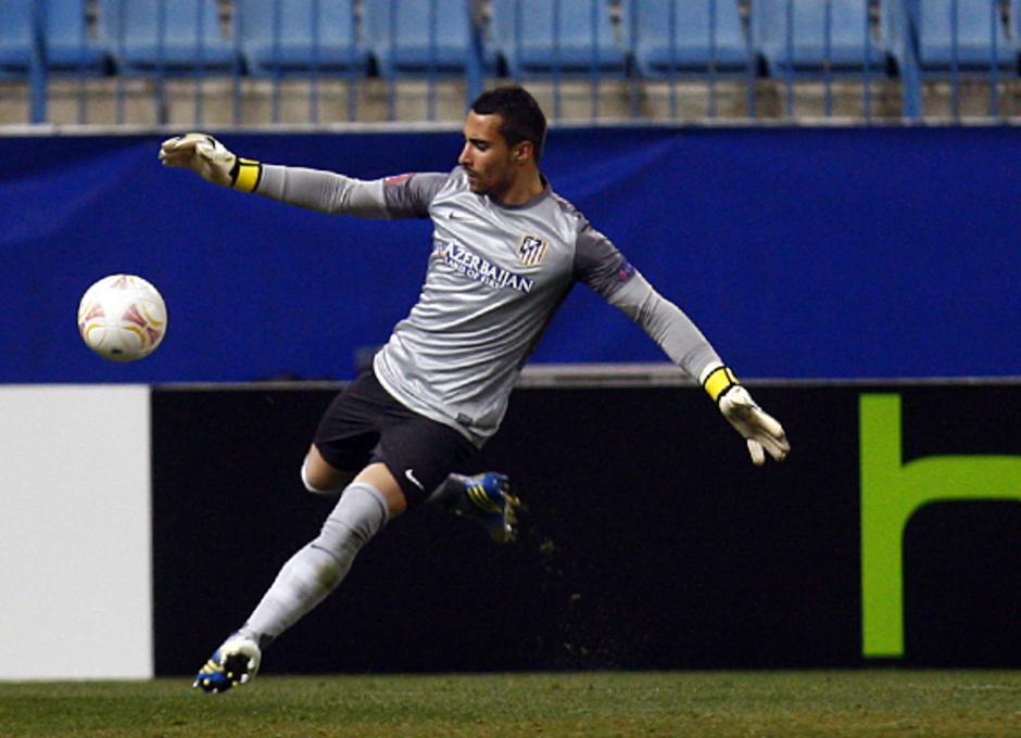 UEFA Europa League 2012-13. Asenjo realiza un saque en el encuentro de ida ante el Rubin Kazan en el Vicente Calderón