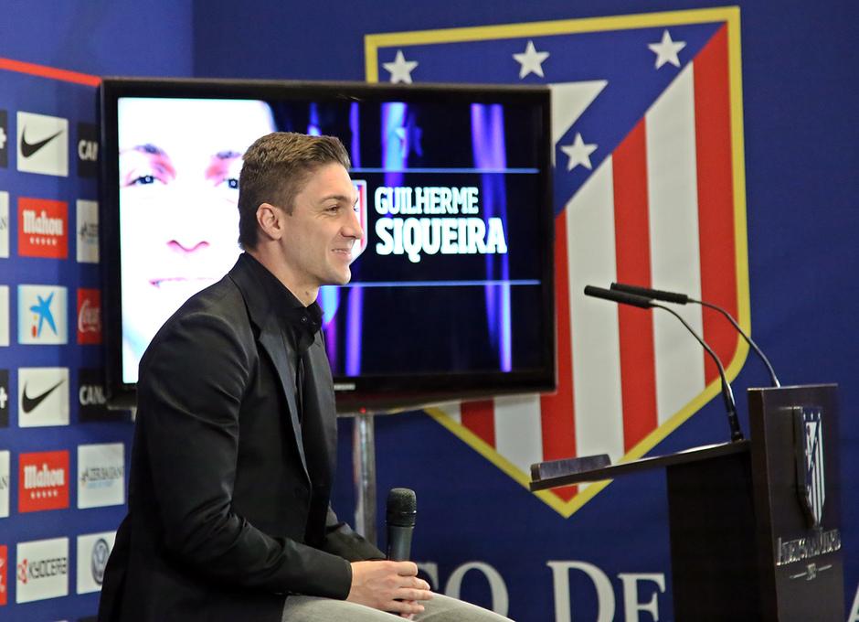 Temporada 14-15. Presentación Guilherme Siqueira. El jugador atiende a los medios. Foto: Arturo Saiz.