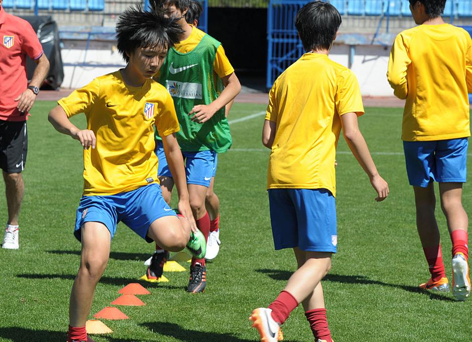 Proyecto Wanda. Jugadores realizan ejercicios de calentamiento. Foto: Mónica Llanos