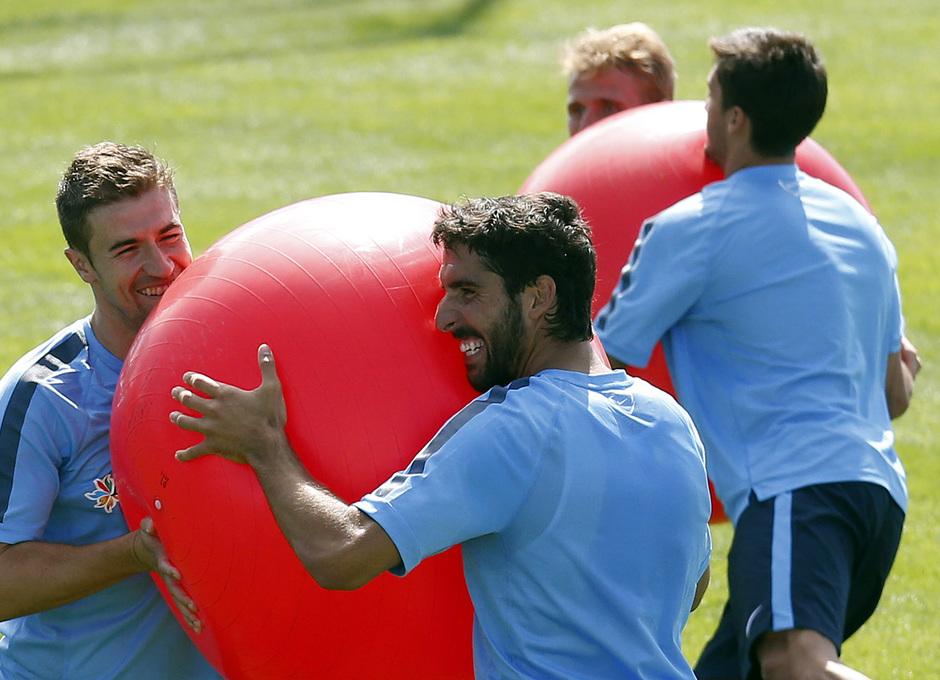 temporada 14/15 . Entrenamiento en la Ciudad deportiva de Majadahonda. Raúl García y Gabi haciendo ejercicios con balón